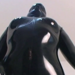 ラバースーツを着た巨乳ちゃんが窒息プレイで大汗かき