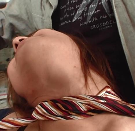 大沢美穂がネクタイで首を絞められている