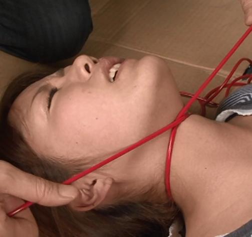朝倉みきちゃんがロープで首を絞められている